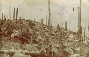"""""""Die Überreste des Rabenwaldes"""". Das genaue Aufnahmedatum ist unbekannt. Da August Jasper im Frühjahr 1917 im Rabenwald bei Verdun stationiert war, ist eine Entstehung in diesem Zeitraum wahrscheinlich. Aufgrund der Markierung auf der Fotografie ist zu vermuteten, dass es sich bei dem Soldaten links um Jasper handelt."""