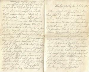 Halpegarbe, den 4. Febr. 1915 Innigst geliebte Frau u. Kinder! Liebe Frau! Habe soeben wieder einen Brief von Dir erhalten, er war von 22 und gestern bekam ich einen Brief von Dir vom 29 Januar. Bin soeben von Neuve Chapelle zurück gekommen, war nämlich heut am Tage draußen, es hat mir aber nicht besonders gefallen, denn wir haben von den Engländern fiel saures bekommen, was des nachts nicht so sehr der Fall ist. Denn das Artilleriefeuer habe ich schwer im Magen besonders wenn sie uns die dicken gelben zuschicken. Denn wo die hinkommen da wächst kein Gras mehr, du müßtest mal sehen was die für Löcher in die Erde reißen. Man hört sie schon von weitem, wenn sie heran geheult kommen. Ach liebes Herz, wie würdest Du staunen, wenn du mal hier nach Neuve Chapelle herein sehen könntest, denn das ganze schöne Dorf ist nichts mehr als ein Trümmerhaufen, kein Haus ist da, wo nicht ein paar Granaten hindurch gegangen sind. Und so geht  es hier von einem Dorfe zum anderen, und von einer Nacht zur andere, die hier grade in der Gefechtslinie liegen. Ach wenn die armen Leute nach dem Krieg mal zurück kommen, und sehen von Ihren ganzen Hab und Gut weiter nichts mehr als nur noch einen Trümmerhafen, wie muß denen zu Mute sein. Wir können doch Gott danken daß es nicht bei uns in Deutschland ist. Heute abend mußten wir einen kleinen Handwagen mit  nehmen nach Hause, den haben wir aber stehen lassen unterwegs, da wir auf der Chaussee nicht durchkommen konnten, weil die Schweine dauernd daherüber geschossen, und sind