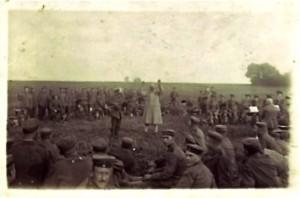 Die soldatische Gemeinschaft steht den Drückebergern und Kriegsgewinnlern entgegen. Hier zu sehen auf Postkarten von August Jasper (18.8.1917)