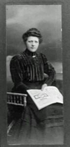 Bernhadine Jasper mit Buch.
